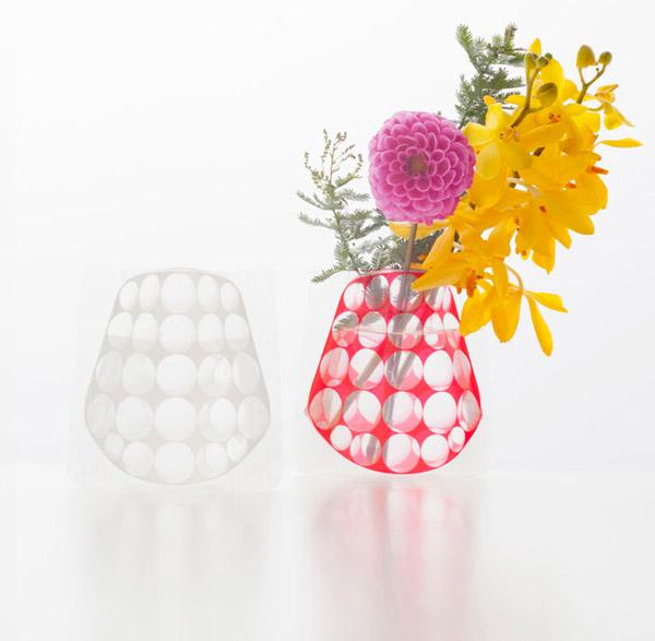 ビニールに水を入れるだけで花瓶に変身する「D-BROS フラワーベース」