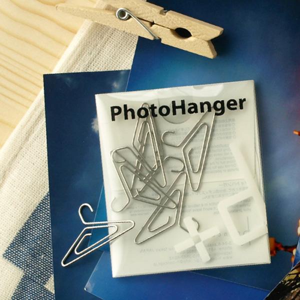 ハンガーに吊るすように写真やポストカードを飾れるハンガー型のクリップ「フォトハンガー」