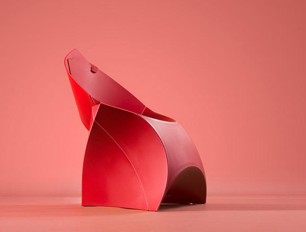 折りたためば極薄、広げればスタイリッシュな椅子「フラックスチェア」