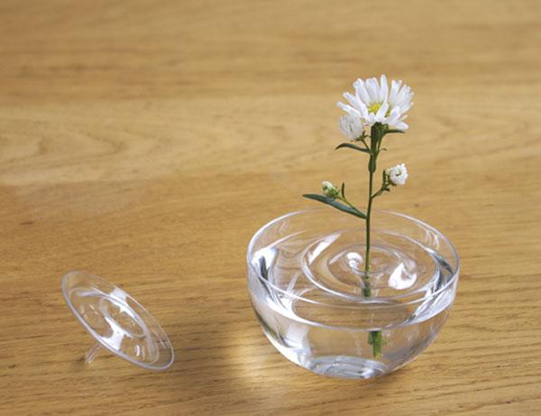 静謐の美しさ 草花が水に咲いているような一輪挿し「フローティングベース リプル」