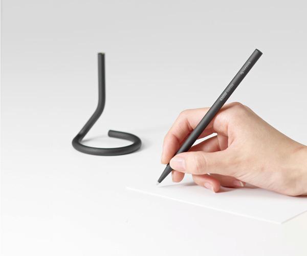 デスクに自立するスタイリッシュなペン「METAPHYSメタフィス corda デスクペン」